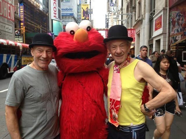 Patrick Stewart et Ian McKellen entourant le sosie de Samuel Beckett (photo : d'après Weird Hollywood).