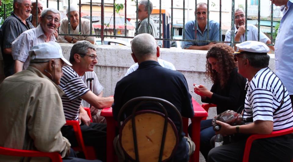 Amina Zoubir (à droite) dans une partie de dominos avec/contre les anciens (image : Narrative).