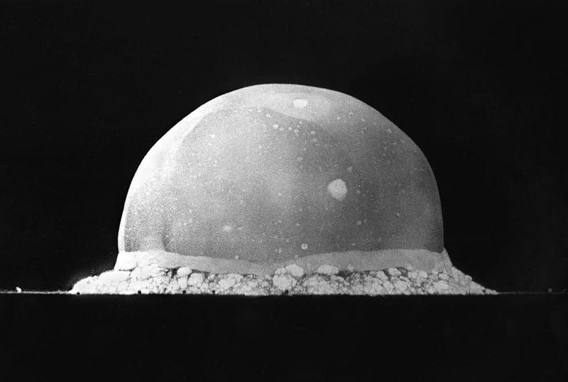 Trinity, 16 millisecondes après son explosion en 1945.
