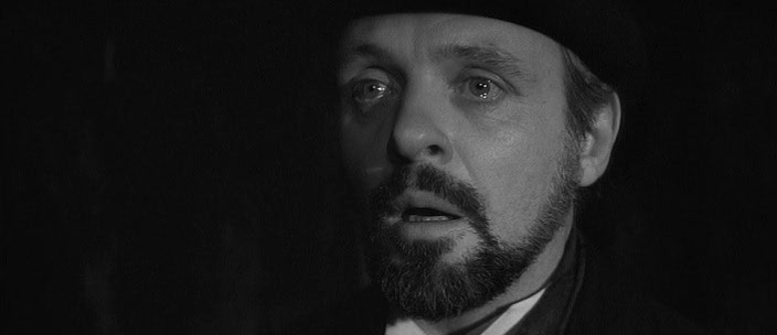 Avant d'être Hannibal Lecter, Hopkins a été le Dr. Frederick Treves dans The Elephant Man (David Lynch, 1980).