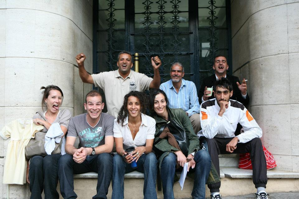 Au centre, la réalisatrice Sofia Djama, entourée d'une partie de ses comédiens et équipiers (D.R.).